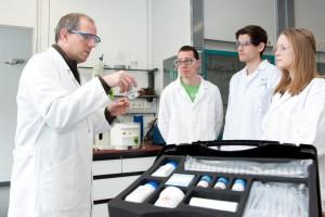 Prof. Ulrich Ziener (li) hat den Nanotechnologie-Koffer mit weiteren Chemikern und Lehramtsstudierenden entwickelt Foto: Eberhardt/Uni Ulm