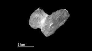 Komet mit rauer Oberfläche Die Aufnahme der OSIRIS-Kamera zeigt den Kometen Churyumov-Gerasimenko aus einer Entfernung von 1950 Kilometern am 29. Juli 2014. Ein Pixel entspricht dabei etwa 37 Metern  Quelle: ESA / Rosetta / MPS für OSIRIS-Team MPS / UPD / LAM / IAA / SSO / INTA / UPM / DASP / IDA